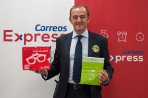 El director general de Correos Express, Manuel Molins, con el material de promoción que la empresa está repartiendo a más de 3.500 ópticas de toda España con motivo del Día Mundial de la Visión.